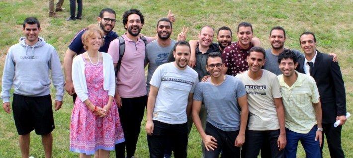 8-р сарын 2019-ийн зарим Египет оюутнуудын хамт Элейн Гутри