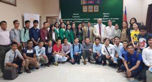 Guthries s potenciálními kambodžskými studenty v Phnom Penhu.